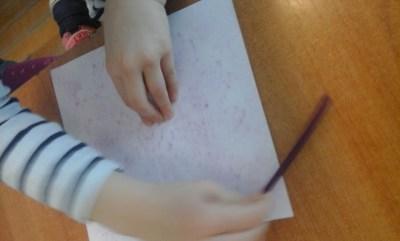 Pisanki odbite na obrusie Anna Kowalska Kreatywnie z dzieckiem Prace plastyczne (Wielkanoc)