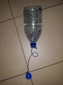 Praca techniczna - Zabawka ekologiczna z butelki plastikowej Dzień Ochrony Środowiska Dzień Ziemi Kalendarz świąt Małgorzata Wojkowska Prace plastyczne Prace plastyczne (Dzień Ziemi)