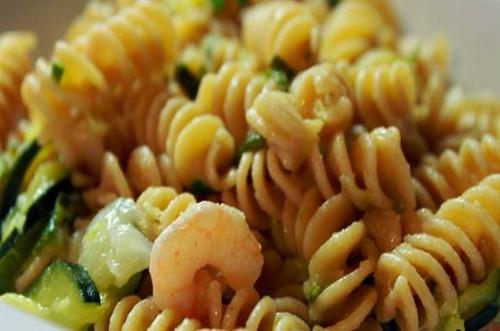 fusilli-integrali-con-zucchine-e-gamberetti-ricetta-edy-virgili-biologa-nutrizionista