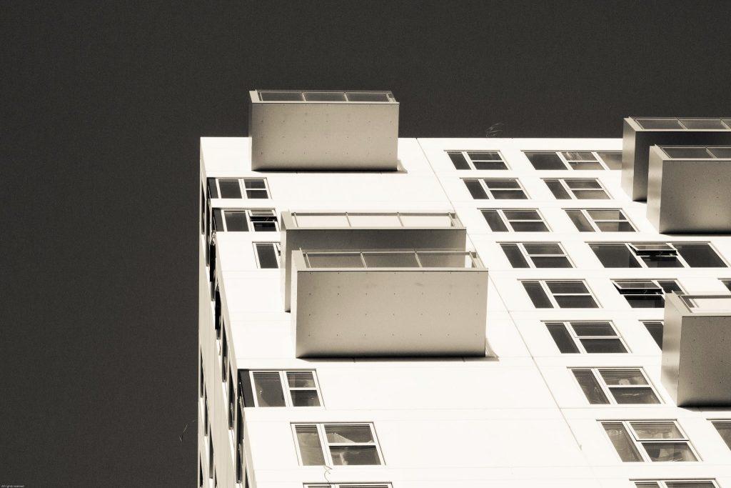 Foto van een deel van een appartementengebouw in Kopenhagen in sepia-tinten. Nadruk op geometrie.