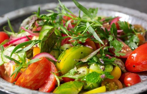 Tomatensla en tuinkruiden