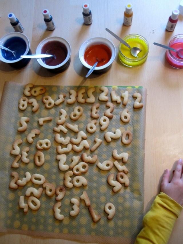 cijferkoekjes en letterkoekjes voor sinterklaas glazuren