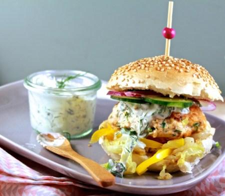 Zalmburgers met kool en dillecrème