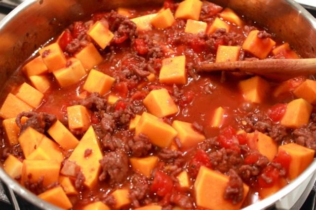 Pompoen toevoegen aan tomatensaus