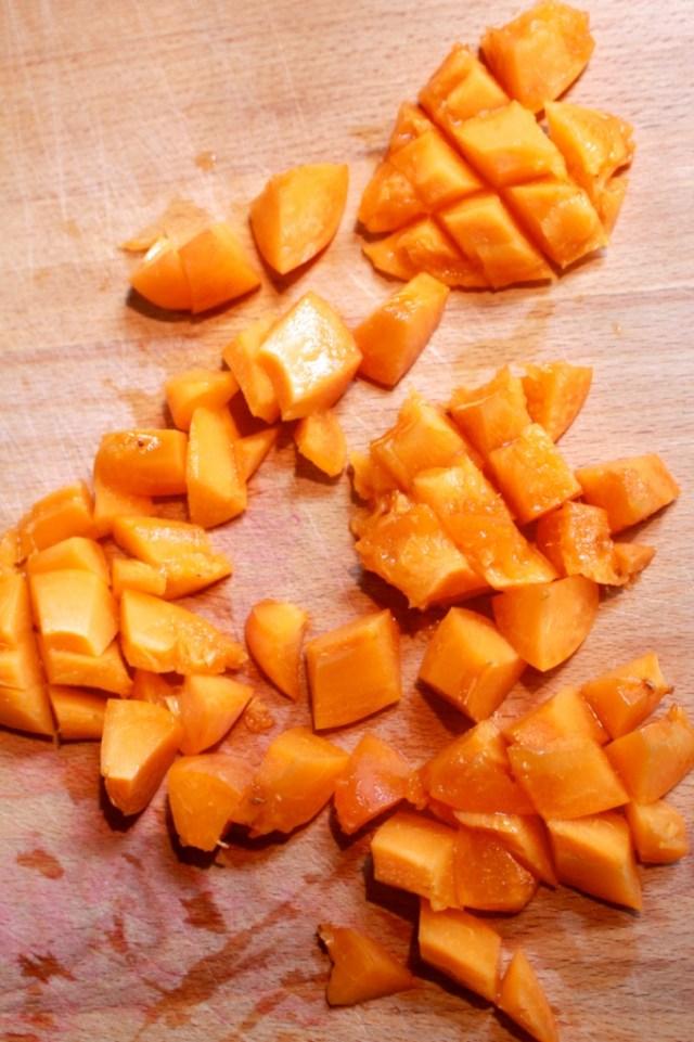 Abrikozen in stukjes snijden