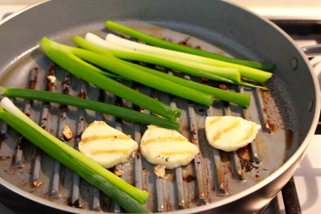 Halloumi en pijpajuin grillen / www.eenlepeltjelekkers.be