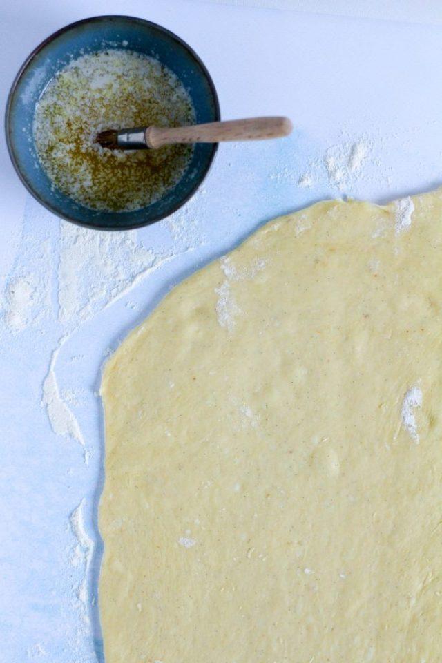 Deeg uitrollen en bestrijken met gesmolten boter / www.eenlepeltjelekkers.be