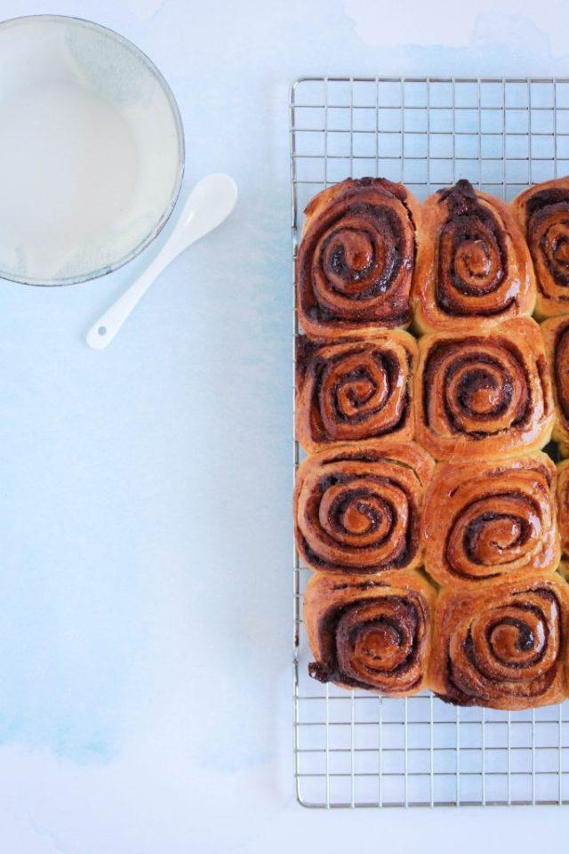 Kaneelbroodjes laten afkoelen op een rooster / www.eenlepeltjelekkers.be
