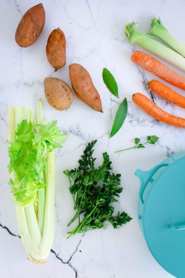 Zoete aardappel, wortel, prei, selder, laurier, peterselie / www.eenlepeltjelekkers.be