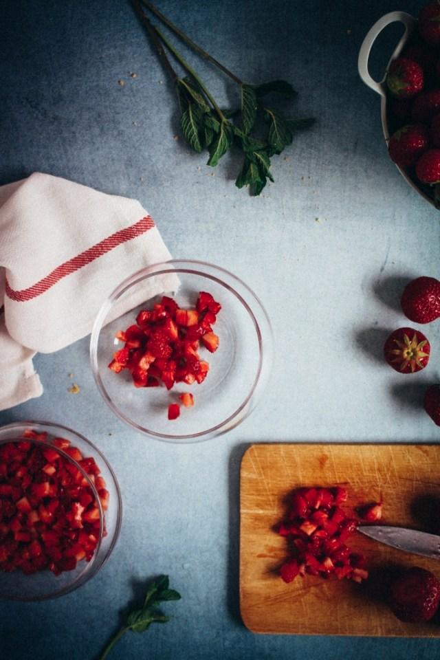 Aardbeien fijnsnijden en over de bodem verdelen / www.eenlepeltjelekkers.be