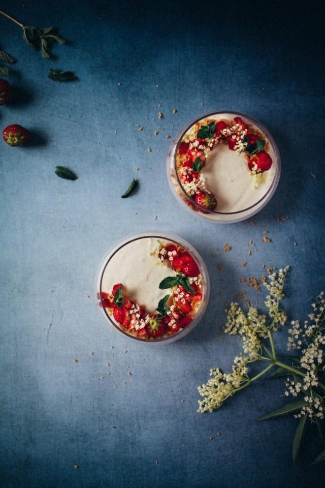 Vlierbloesemmousse met aardbeien en verse vlier / www.eenlepeltjelekkers.be