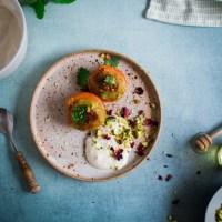 Gegrilde abrikozen met pistache en zure room