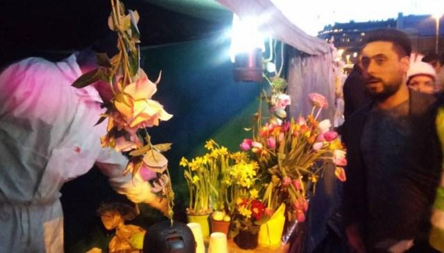 Immigrantide telk Helsingis täitus peale põlengut lilledega