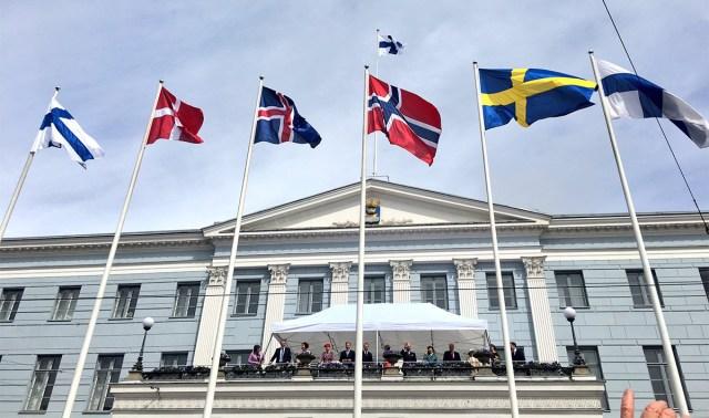 Põhjamaade riigijuhid tervitasid soomlasi presidendilossi rõdult