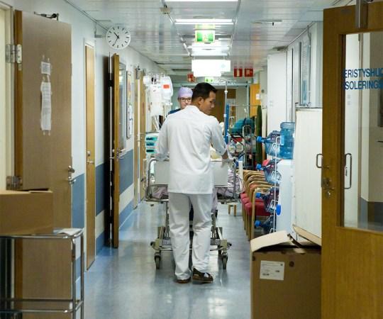 Patsient lõikas Hyvinkää haiglas noaga haiglaõele kaela sisse