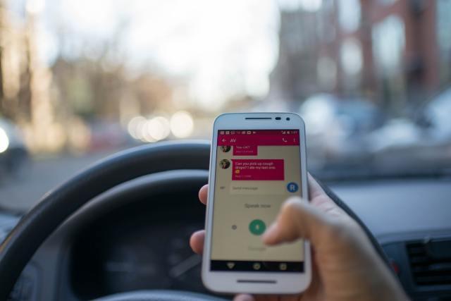 Tulevast suvest saab Soomes nutitelefoni autos kasutada, kui auto seisab valgusfoori taga
