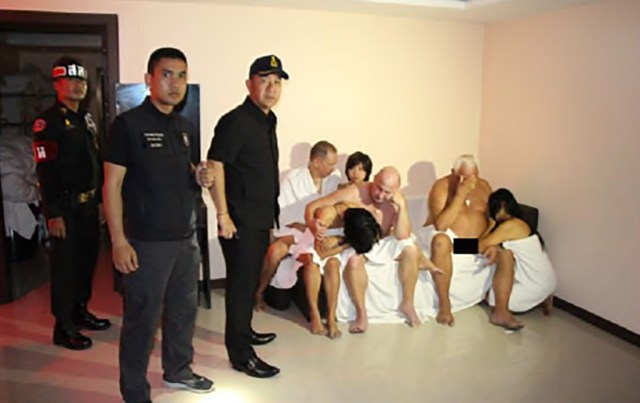 Pattayas korraldas politsei reidi swingerite peole, avalikustati video