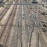 Helsingis võitles ligi 30-aastane mees öösel oma elu eest, teda taheti vägisi rongi alla tirida
