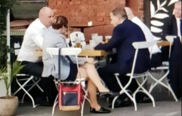 Soome president istus pärast presidentide visiiti baarilauda maha nagu tavaline kodanik