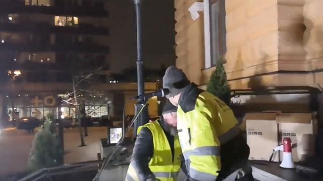 VIDEO: Oulus tungis põlissoomlaste miitingule välismaa mees, kel oli pussnuga vööl