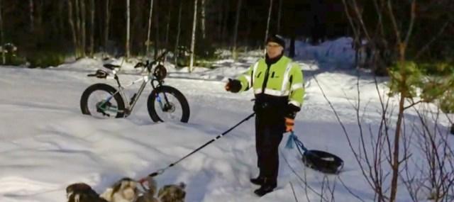 Soome mees tassib enda järel metsas autoratast – miks ta seda teeb?