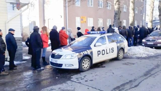 VIDEO: Tohutu hääletajate saba Eesti saatkonna juures Helsingis