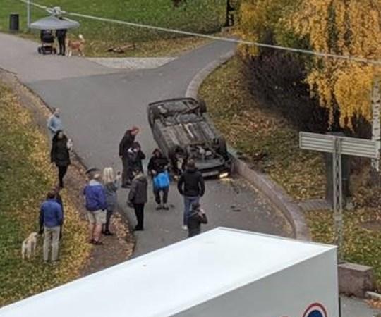 Norra meedia: kiirabiauto ärandanud mees tegi ette seda avarii, kus sõiduauto sõitis katusele