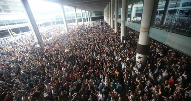KUUM: Rahvamassid on vallutanud Barcelona lennujaama, kümned lennud tühistatud