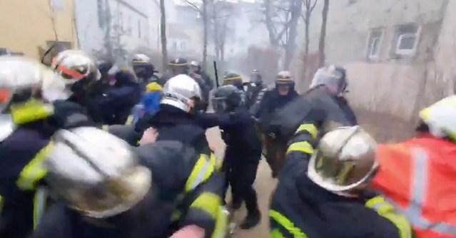 VIDEO: Pariisis peksid politseinikud tuletõrjujaid (NB! Nõrganärvilistel mitte vaadata!)