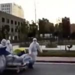 VIDEO: Meedikud lükkavad Hiinas patsienti koos voodiga mööda tänavat