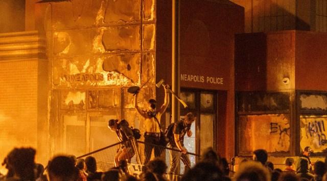 KUUM: USA on langenud vasakpoolse terrori alla, rahvas palub, et president tooks sõjaväe tänavatele