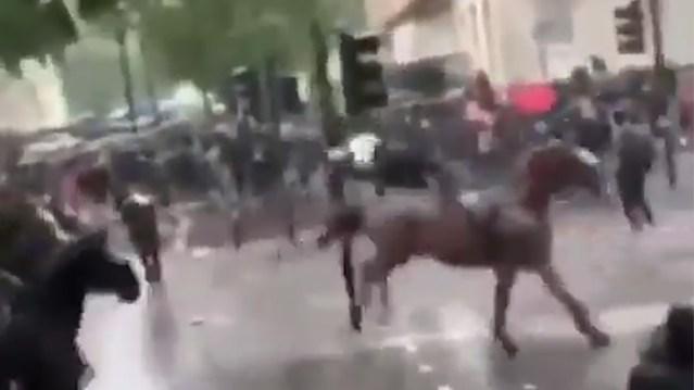 VIDEO: Londoni mässu maha suruma läinud naispolitseinik sai raskelt vigastada (NB! Nõrganärvilistele mittesoovitav)