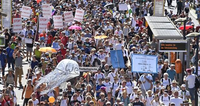 KUUM: Sakslased hakkasid mässama koroonapiirangute vastu, Berliinis oli suur meeleavaldus