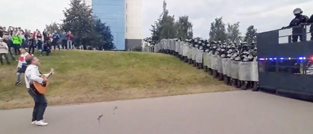 VIDEO: Vaata, kuidas Lukašenka saatis hambuni relvastatud üksused laulvate inimeste vastu