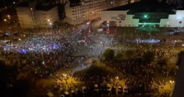 VIDEO JA PILDID: Valgevenes kuulutati Lukašenka valimiste võitjaks, rahvas tuli tänavatele, aga aeti laiali (NB! Nõrganärvilistele mittesoovitav)