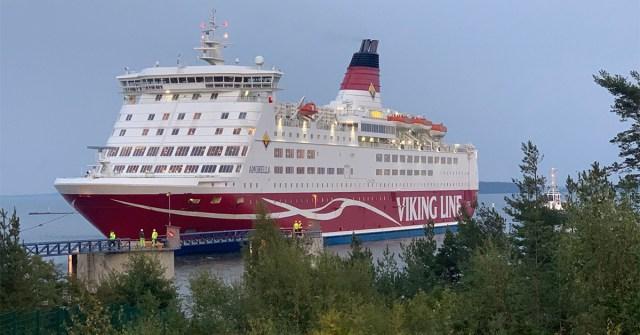 VIDEO: Viking Amorella saabus Långnäsi sadamasse
