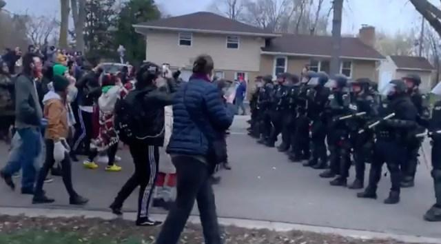 USA-s puhkesid taas rahutused, kui politsei lasi maha 20-aastase musta mehe (lisatud video)