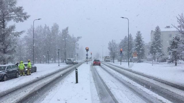 Soomes tuli talv tagasi, politsei hoiatab kehvade teeolude eest