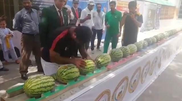 VIDEO: Pakistani mees purustas peaga 51 arbuusi minutis – see on uus maailmarekord