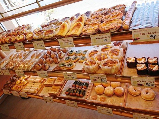 店内にはパンが多数並ぶ