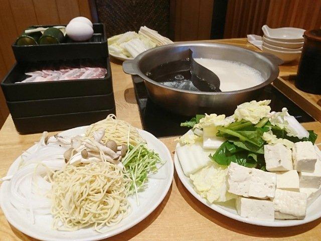 しゃぶ菜:テーブルに食材を並べる