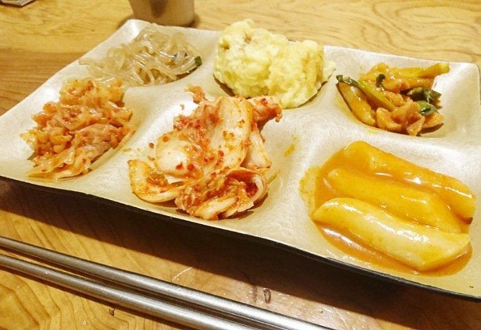 景福宮(キョンボックン)のバイキング料理を食べる