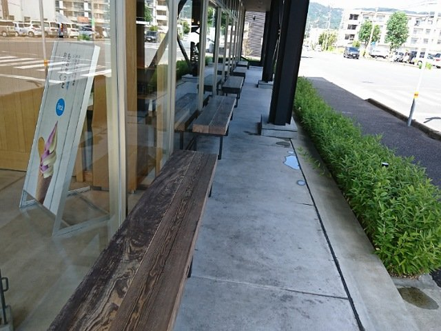 芋屋金次郎卸団地店:店頭にある長椅子