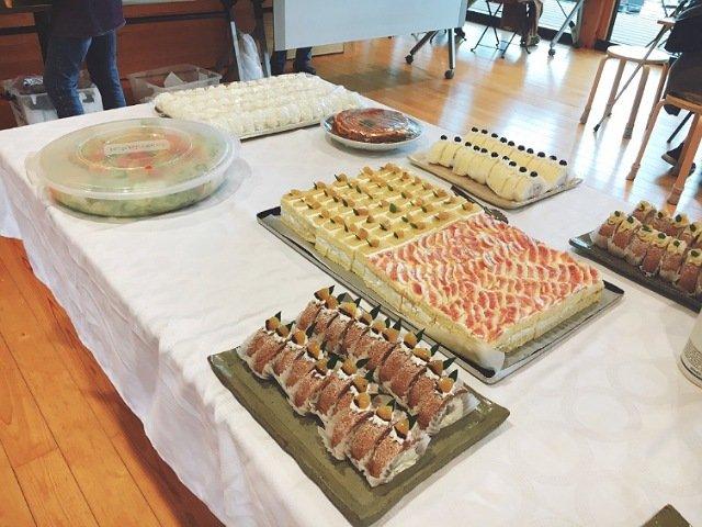 ストローベイルSANKANYA:ケーキバイキングのケーキが並ぶ1