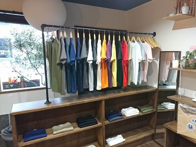 はやりMON:店内ではTシャツも販売中