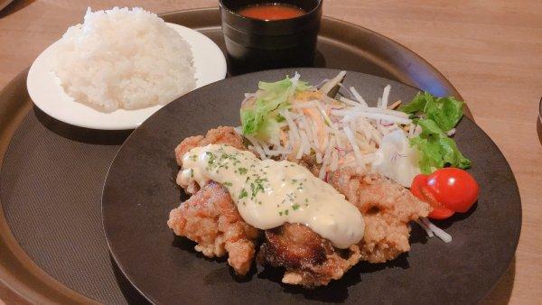 チキン南蛮を食べる