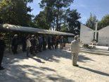 Η στιγμή, που τα μέλη της ΕΕΥΕΔ ψέλνουν τον εθνικό ύμνο για τα παλλικάρια που σφαγιάσθηκαν σπό τους Βουλγάρους, συνεργάτες των Γερμανών, την 29η Σεπτεμβρίου 1941 στο Δοξάτο Δράμας