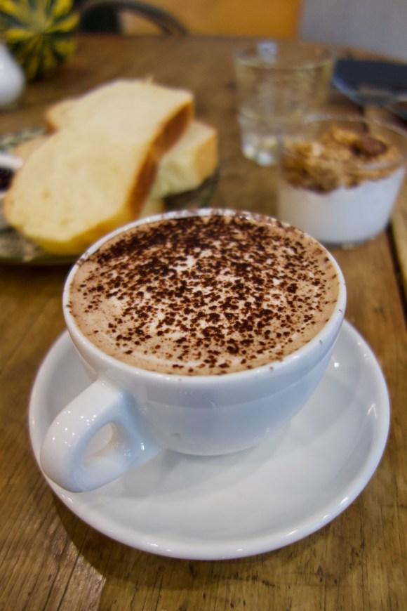 chocolat chaud et fromage blanc au granola