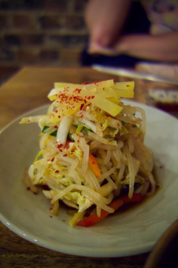 salade coréenne au chou, soja, poivron, radis jaune et pousse d'ail