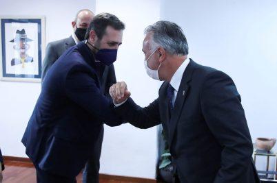 MADRID, 19/02/2021 (EFE).- El presidente de Canarias, Ángel Víctor Torres (d), se reúne este viernes con el eurodiputado de Ciudadanos, José Ramón Bauzá (i), dentro de la ronda de contactos que ha emprendido con parlamentarios europeos, en la Oficina del Gobierno de Canarias en Madrid. EFE/David Fernández